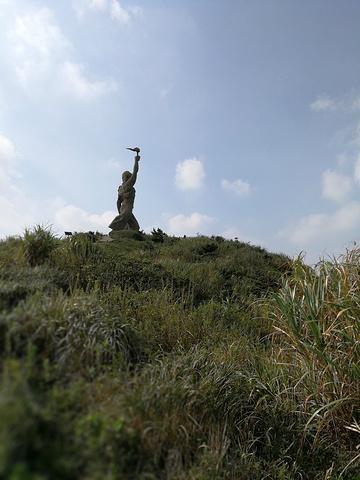 """""""背后有一个传说,每逢雾夜天,他就跑到山上,点起火把,船上渔民看见后,就会向着火光来庙子湖避风,..._财伯公雕塑""""的评论图片"""