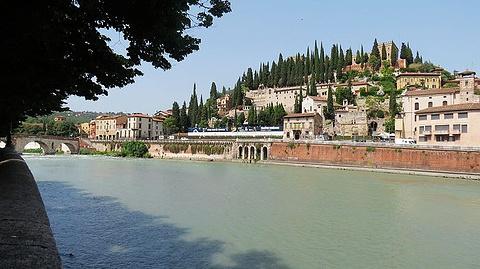 Piazzale Castel San Pietro旅游景点攻略图