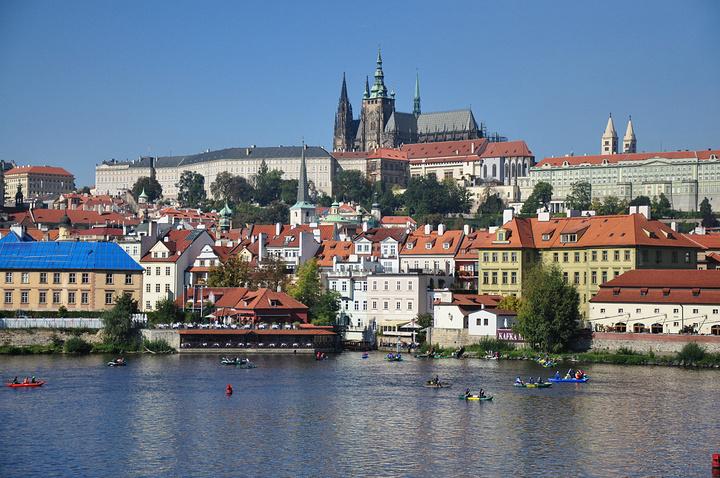 """""""河边的酒吧不计其数,非常值得停留。所以,在布拉格,酒吧跟餐厅之间没有特别明显的区别_福尔塔瓦河畔""""的评论图片"""