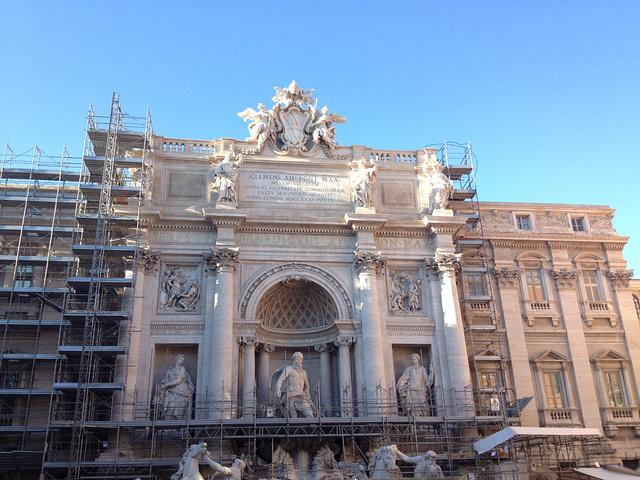 """""""罗马的许愿池是比较重要的景点,旅游团都会来这里,这里聚集了不少的人,这里附近的街道早早就挤满了..._特莱维喷泉""""的评论图片"""