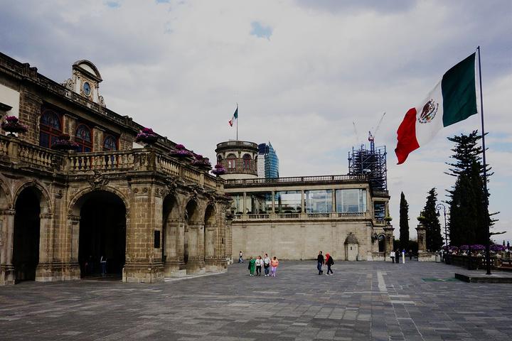 """""""是墨西哥城最大的公园。城堡高踞在Chapultepec Hill 山顶,是墨西哥过去贵族的显著遗址_查普尔特佩克城堡""""的评论图片"""
