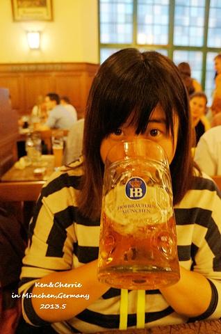 """""""绝对可以让你扶墙进,扶墙出。霸气的logo。炒鸡好喝的德国HB啤酒,虽然好大一杯,但是绝对是值回票价_宫廷啤酒屋""""的评论图片"""