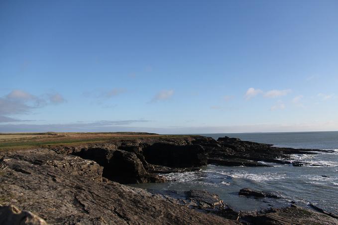 灯塔附近的海图片