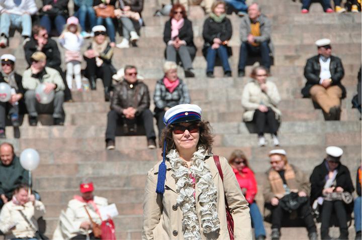"""""""台阶上坐满了欢庆的人群,广场上节日气氛浓厚,有激昂音乐的乐队,飞扬的彩色气球、欢快雀跃的孩子、..._Senaatintori""""的评论图片"""