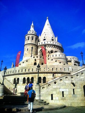 """""""城堡的上层是收费的,不过有家餐厅,外面的平台允许游客逗留,偶就在那里欣赏多瑙河的美景了_渔人堡""""的评论图片"""