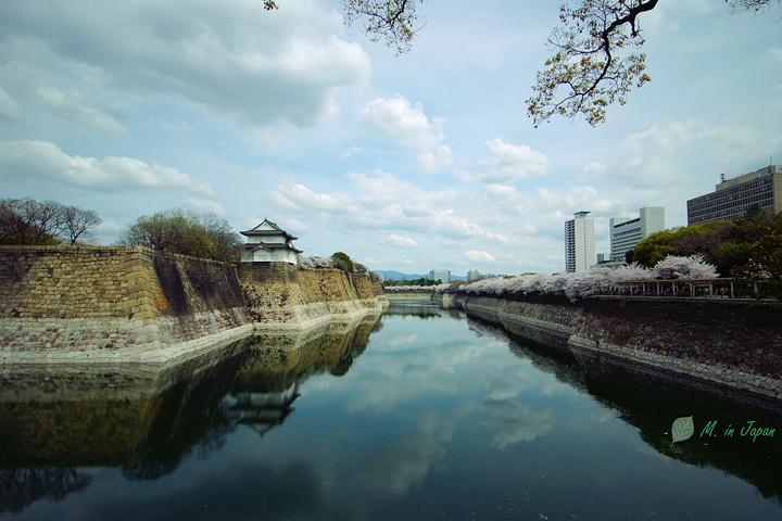 """""""走近去看,天守阁倒映在如镜的护城河水中_大阪城公园""""的评论图片"""