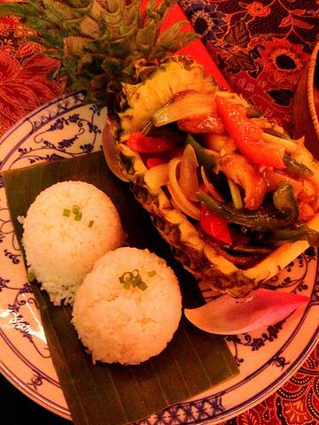 """Amok是传统的柬埔寨美食,用叶子裹着鱼肉、鸡肉或牛肉,再加上椰奶、咖喱粉、姜黄粉、柠檬草等香..._Amok Restaurant""的评论图片"