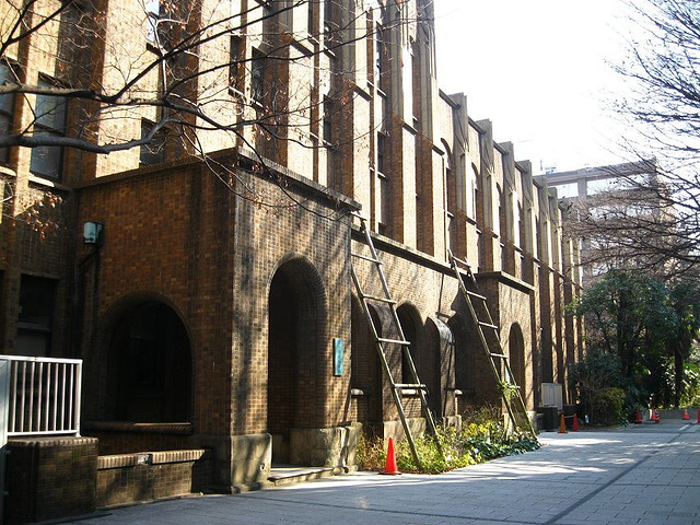 """""""...有湖,有历史厚重的建筑,东京大学很多银杏树,正门这两排巨大的银杏很震撼,如果绿色或者黄色那多美_东京帝国大学""""的评论图片"""