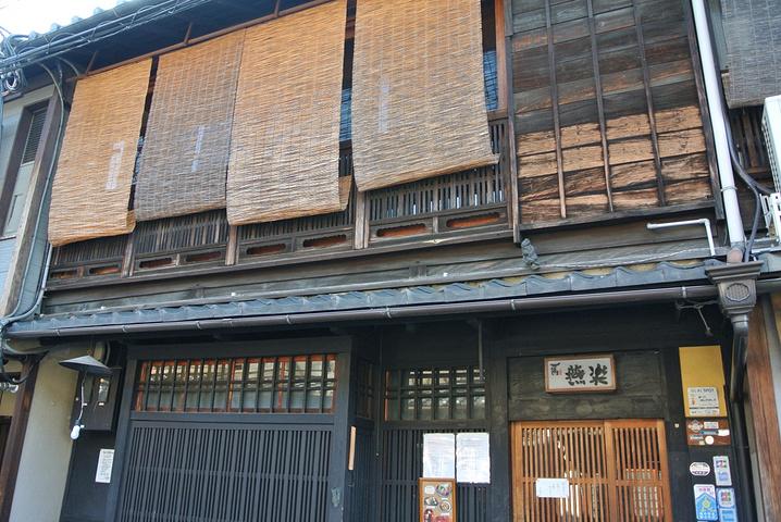 """""""【简介】京都花间小路是个非常知名的景点,这里因为艺妓而出名,可以说这里是京都最大概率可以遇到正..._花见小路""""的评论图片"""
