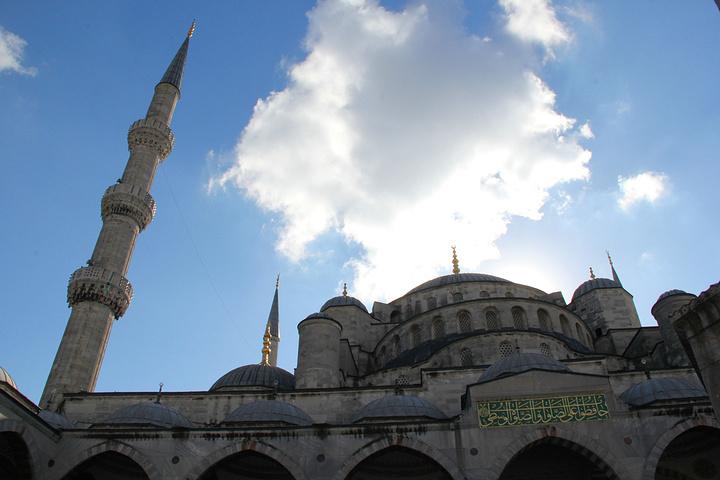 """""""这一天非常精彩,其中蓝色清真寺,圣索菲亚教堂,托普卡帕故宫都是名震世界的建筑,土耳其最著名的清..._蓝色清真寺""""的评论图片"""