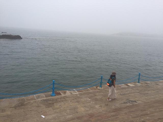 """""""在朦胧的傍晚这里景色很特别,有很多再次沿海健身跑步的,这时候还有靠海吃海下海打捞海货的渔民,这..._第三海水浴场""""的评论图片"""