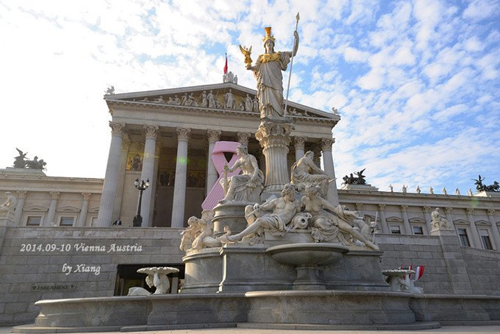 """""""这是奥地利国会大厦,前身为哈布斯堡帝国奥地利区的议会大厦,完工于1884年_奥地利国会大厦""""的评论图片"""