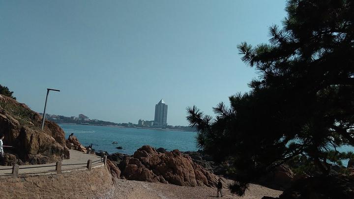 """""""从公园有一条路可以直接通到第一海水浴场,边上的礁石也很美,只是拍照的时候要注意安全_鲁迅公园""""的评论图片"""