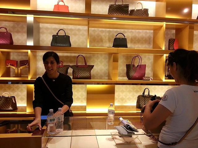 """LV的销售小姐说话还比较幽默,而且还能说些汉语,看来是专门针对中国游客的。你觉得多少钱_西班牙广场商圈""的评论图片"