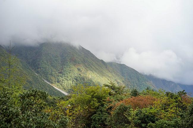 山间徒步图片