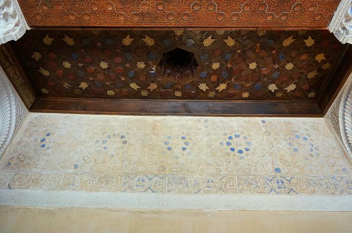 """""""在等待进入阿尔罕布拉宫最先参观的宫殿—梅苏亚尔宫时,拍摄的宫殿玻璃外窗倒映下蔚蓝色天空_梅苏亚宫""""的评论图片"""