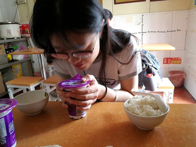 """""""太饿了,于是下午三点我们去吃了杨铭宇黄焖鸡下午饭。老板招待,本店特色,没有习惯的酸梅汤怎么喝,吸管扎_杨铭宇黄焖鸡米饭(家乐福店)""""的评论图片"""