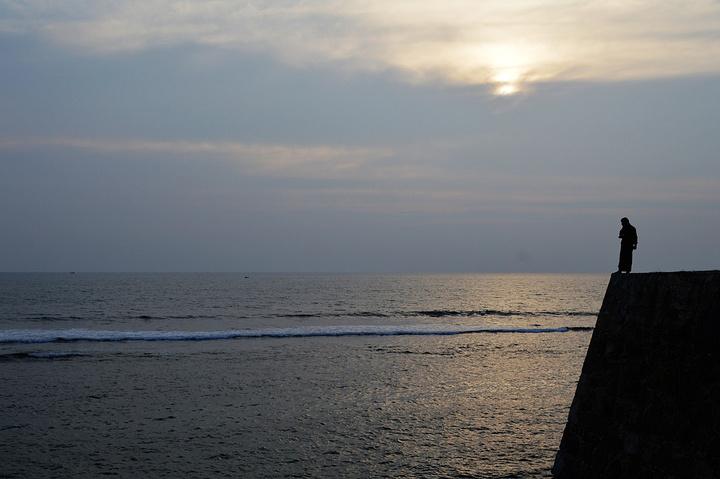 """""""彩霞很美吧。天色开始变黑,盆友们下海游泳了,我因为想拍日落,没有下_米拉清真寺""""的评论图片"""