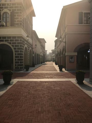 """""""好像古老欧洲一栋一栋的小房子,圆顶和尖顶的建筑居多,色彩也很丰富,感觉来这里拍照也是非常好的一个选择_佛罗伦萨小镇京津名品奥特莱斯""""的评论图片"""