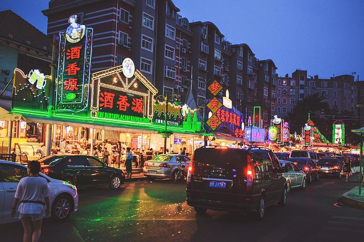 """""""晚上选择了名气颇大的啤酒一条街吃饭,一到晚上街两边的店铺都灯火通明的开始招揽生意了,一直对要拉..._青岛啤酒街""""的评论图片"""
