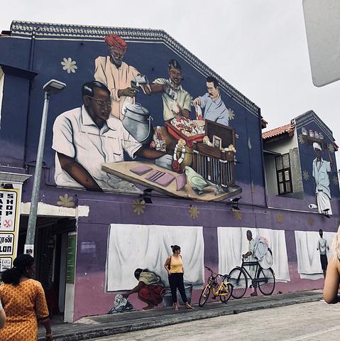 """""""算是新加坡必逛之一,类似于国内的夜市,可以在里面买点纪念品,东西也不贵,周边有印度秒和观音庙,..._武吉士街""""的评论图片"""