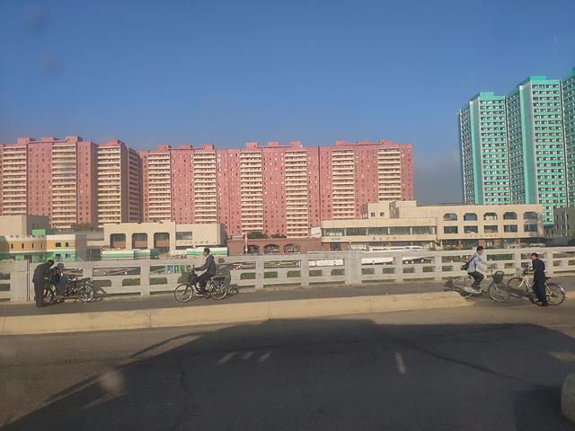 """""""统一大街还有一个标志性的建筑开城的空气质量特别的好开始出发开城。这里也有很多上百岁的老人_开城""""的评论图片"""