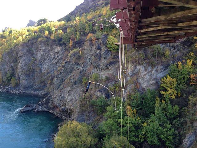"""""""我就站在桥上看看,风景是很好的。当时蹦极一次好像是30还是50纽币忘记了,喜欢的朋友可以试试看_AJ哈克特卡瓦劳大桥蹦极中心""""的评论图片"""