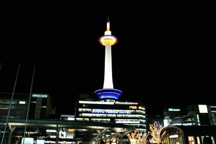 """""""这里的夜景也值得一看,白色的塔柱,蓝色的基地,非常的艳丽_京都塔""""的评论图片"""