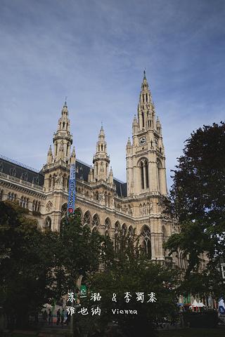 """""""在这个公园侧面拍摄市政厅是最好的角度。这个公园的一大特点就是座椅都是连着的~主要是拍照来的_维也纳市政厅""""的评论图片"""