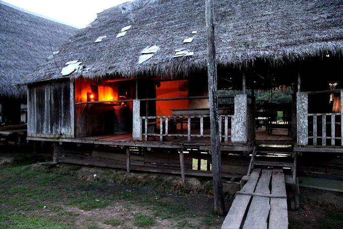 村中的酒馆图片