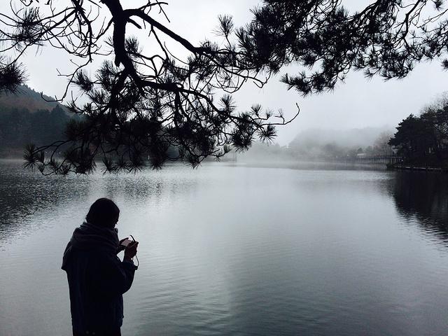 """""""傍晚,笼罩在山上的雾气会让人恍惚到了仙境。当然是大吃一顿,觅些小吃,然后洗个大澡,美美的睡一大觉_鄱阳湖""""的评论图片"""