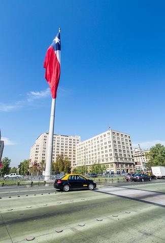 """""""这里有着巨大的广场,还有不间断巡逻的警察,周边的建筑好似经过人为切割菱角分明。_智利总统府""""的评论图片"""