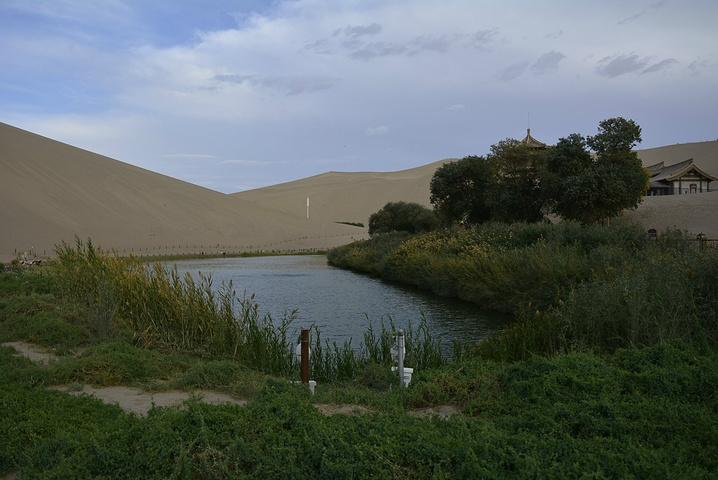 """""""...当地工作人员的介绍 ,湖水其实大半都会人工注水,自然的水已经剩下很少了,水资源问题越来越严重了_鸣沙山月牙泉""""的评论图片"""