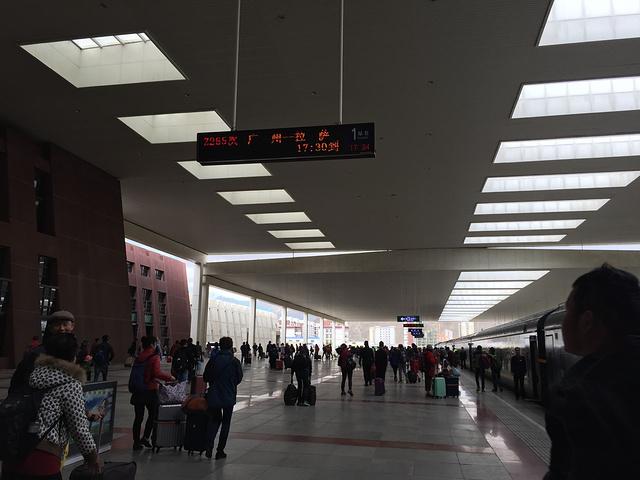 """""""天真的很蓝,拉萨火车站还是很壮观的_拉萨站""""的评论图片"""