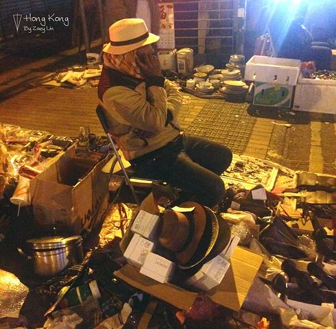 """""""走到了传说中的鸭寮街,全是歪果仁摆的跳蚤市场,各种各样的旧货,这条街也算是香港比较脏乱的街道..._鸭寮街""""的评论图片"""