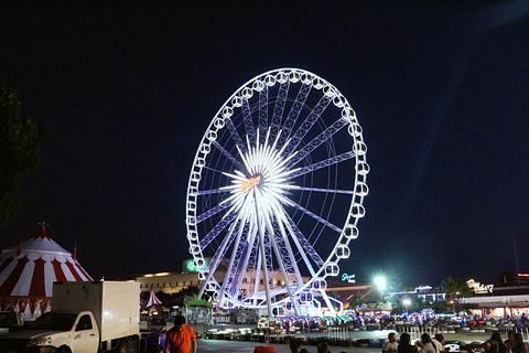 曼谷夜市摩天轮的图片