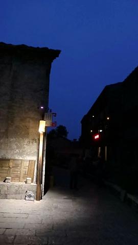 """""""游客很少,很有包场的气势,穿过一条条石板街道,感觉时光在倒流,身边经过穿着蓝色衣服的屯堡人,犹..._天龙屯堡""""的评论图片"""