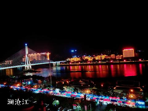 江边夜市旅游景点图片