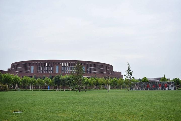 """""""郑东图书馆,由天大的校友企业家出资捐赠的,也是天大校内的一处标志性景点。""""无时无刻在此处警醒着自己_天津大学""""的评论图片"""
