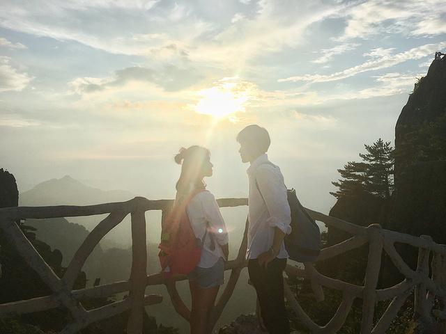 """""""到达光明顶见到的景色是这样的,似乎云太厚完全看不到日出转身遇到一个女孩,在拍日出于是就是这样_光明顶""""的评论图片"""