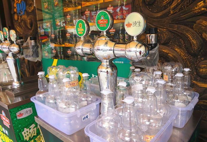 """""""也见识了各种啤酒打包的工具,除了尼龙袋,还有塑料瓶,塑料桶!从啤酒厂出来,就是登州啤酒一条街啦_青岛啤酒街""""的评论图片"""