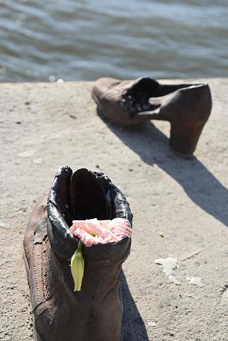 """"""" 也算为残绝人性的纳粹罪行,留下历史的活见证。 为的是纪念第二次世界大战1944_多瑙河畔鞋""""的评论图片"""