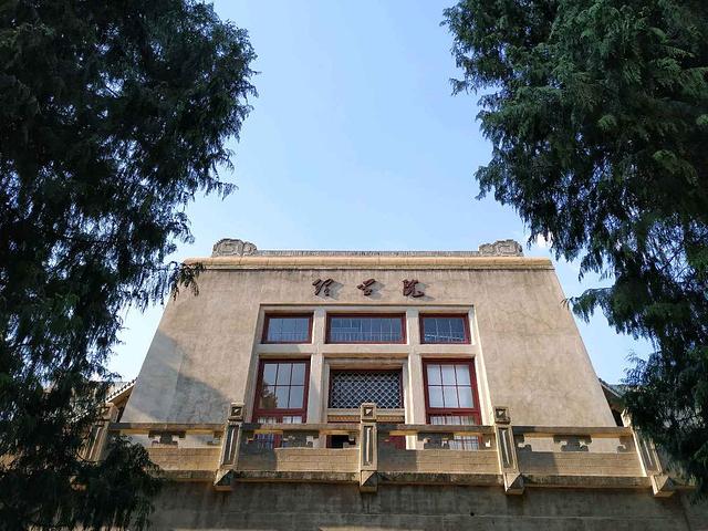 """""""...【樱园宿舍楼】的红色阶梯窗户吸引爬上了宿舍楼楼顶,看到了打卡圣地老图书馆以及樱园宿舍的震撼美景_武汉大学""""的评论图片"""