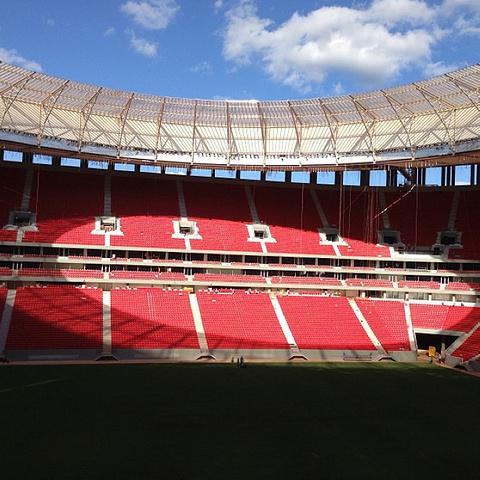 """""""这座城市到处都是宽大的街道和沥青马路,葱葱郁郁的国家公园_巴西利亚国家体育场""""的评论图片"""