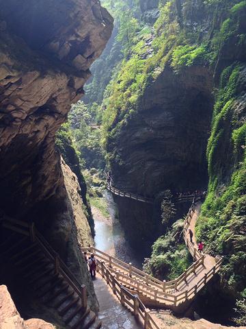 """""""...武隆县,与重庆市的直线距离超过100公里,是典型的喀斯特地貌风景区,景色壮观优美,非常值得一去_武隆天生三桥""""的评论图片"""