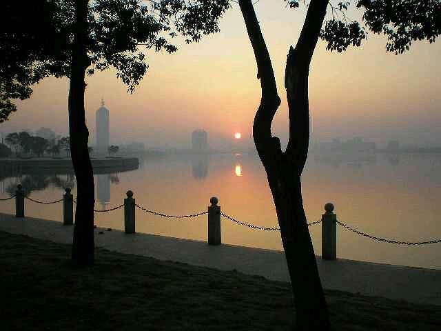 """""""很小的一个公园,湖里有人划船,也有人游泳。太阳快下山的时候,湖面的暖光闪闪的,挺好看_青山湖风景区""""的评论图片"""
