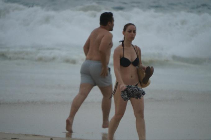 海滩散步图片