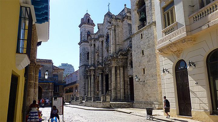 """""""哈瓦那大教堂离海明威最爱的五分钱小酒馆很近,可以拍张照片询问路人,或者在不大的老城走走,很容易找到_哈瓦那大教堂""""的评论图片"""
