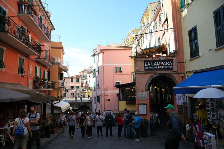 """""""下火车后穿过一个隧道就可以到村子中心了,两旁有很多商店,由于去时旺季,人也非常的多_里奥马焦雷""""的评论图片"""