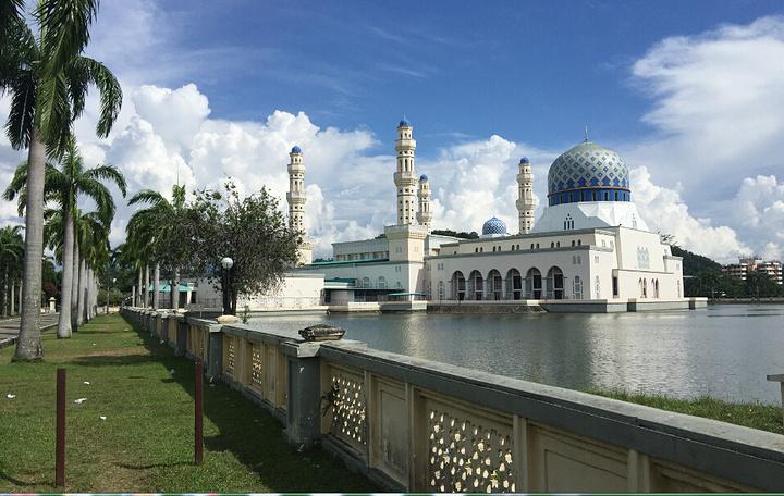 """""""周围是人造湖,天蓝色的海水,倒映着清真寺,就像仙境一般,非常美。游玩时间为半个小时。票价:1_水上清真寺""""的评论图片"""